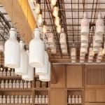 Дизайн коктейль-бара Gamsei: бутылки, свисающие с потолка фото