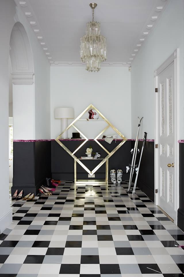 Белый потолок черно-белого коридора в стиле истинный модерн
