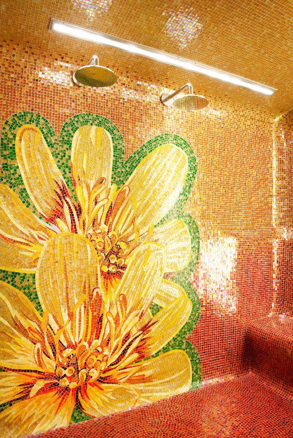 Цветочное панно в оранжевых тонах из мозаики в ванной комнате