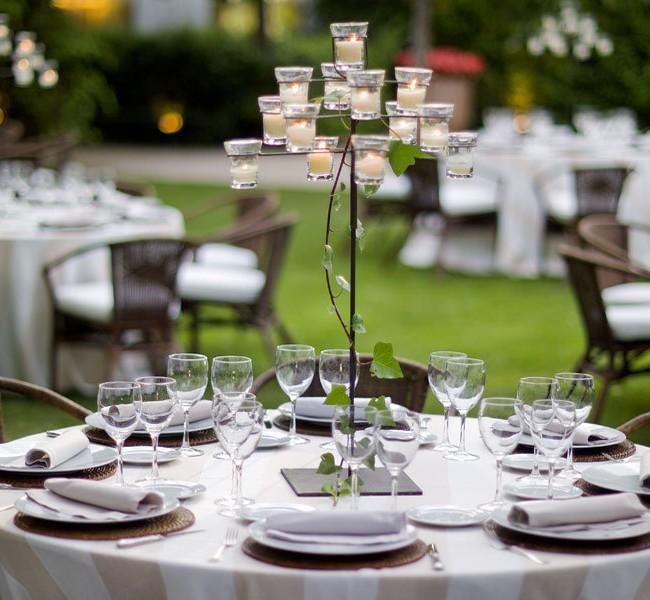 Нейтральное оформление для свадебной вечеринки в саду