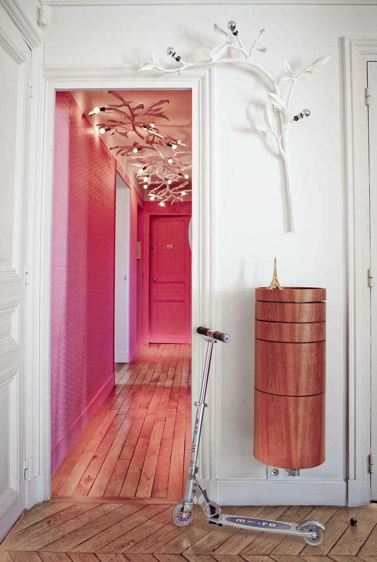 Бело-розовое оформление выглядит очень необычно для коридора