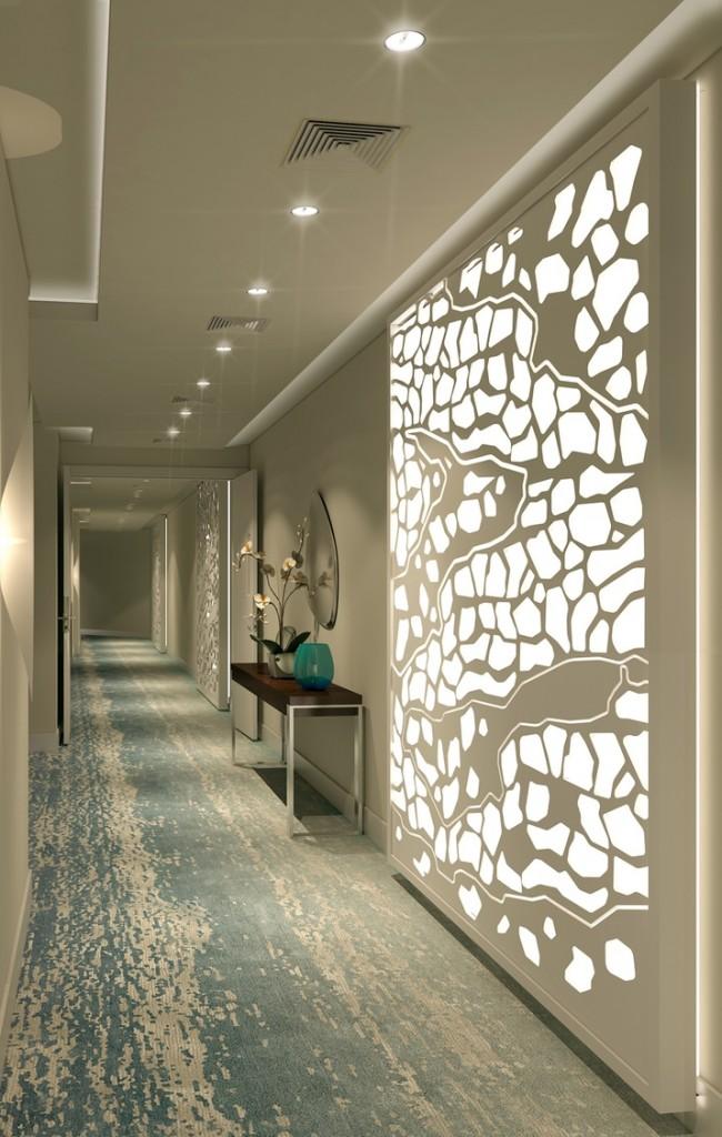 Светодиодная подсветка на потолке и стене в коридоре