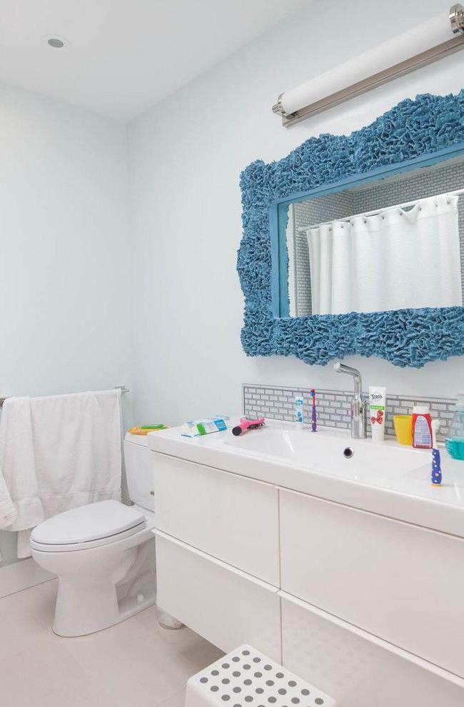 Необычная рама голубого цвета для зеркала - яркий акцент в ванной комнате