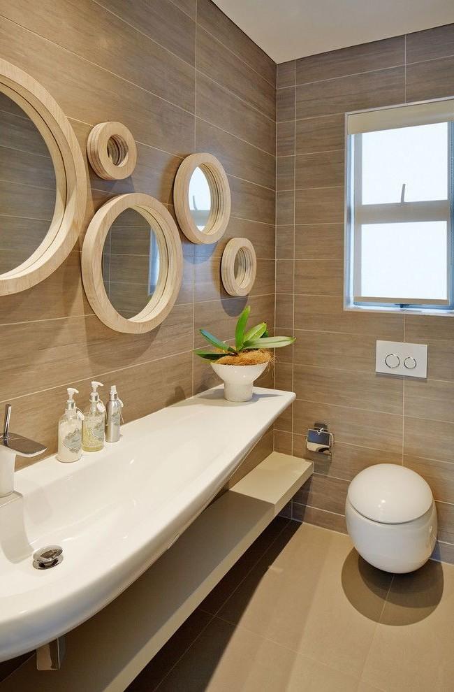 Множество зеркал в интересных рамах - не только комфортное решение, но и стильное украшение ванной комнаты