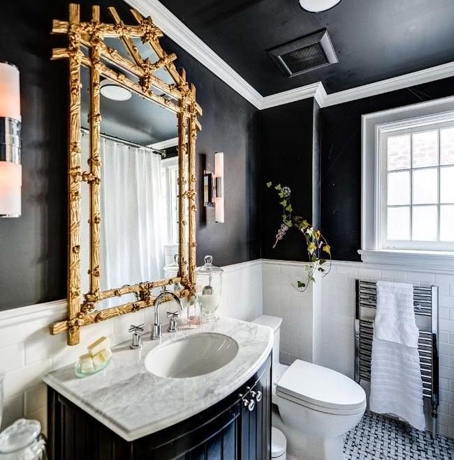 Массивная золоченая оправа для зеркала сделает вашу ванну по-настоящему королевской