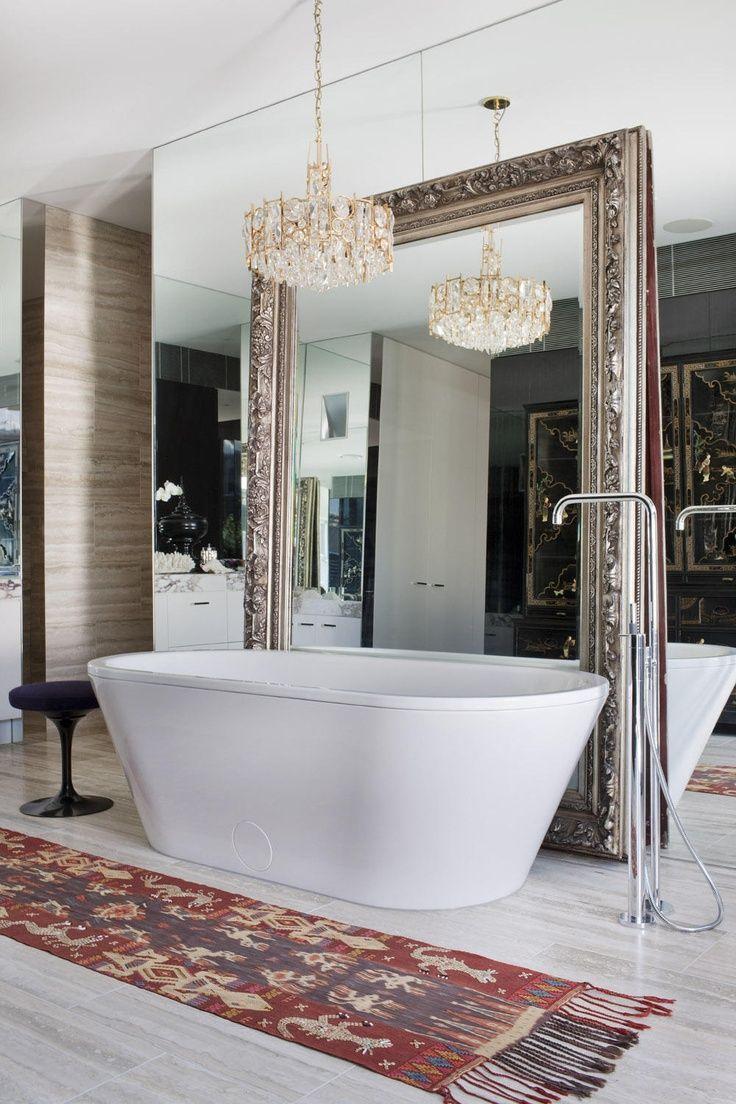 Зеркальная стена и напольное зеркало - креативное решение. Принимая ванну, можно наслаждаться своим отражением