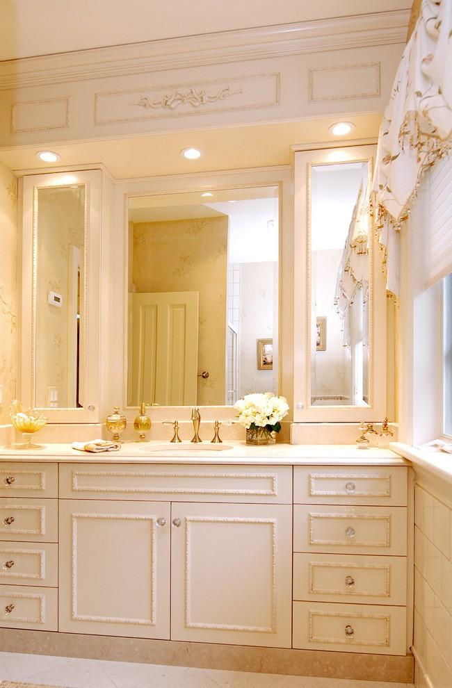 Зеркальные фасады шкафов в ванной комнате зрительно увеличивают ее площадь