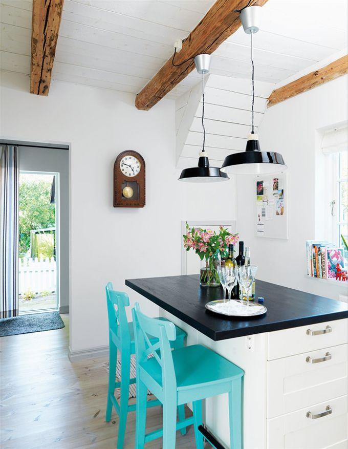 Яркие стулья в интерьере светлой кухни