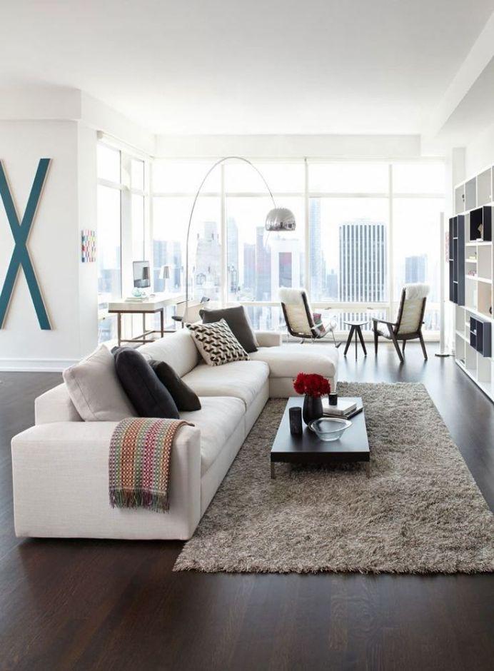 Мягкий ковер с высоким ворсом под журнальным столиком у дивана создает комфорт и уют для домашнего отдыха