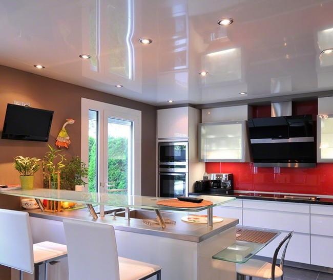Светодиодное освещение на натяжном потолке в кухне - это самый распространенный вариант