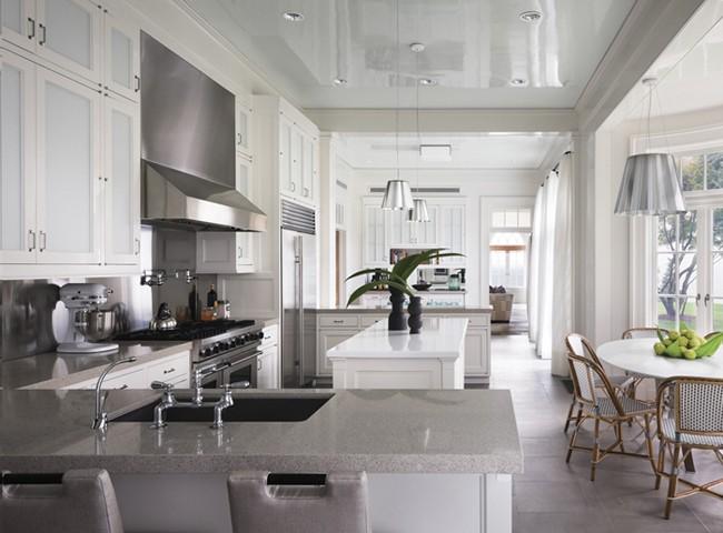 Традиционный дизайн кухни в светлом цвете с натяжным потолком
