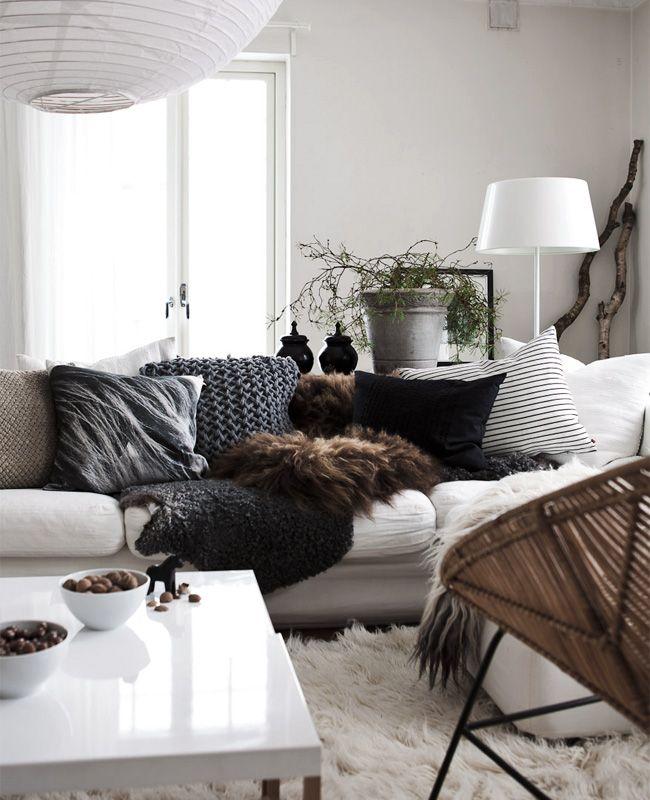 Темные штрихи на предметах декора разбавят светлую гостиную яркими акцентами, не загромождая пространства