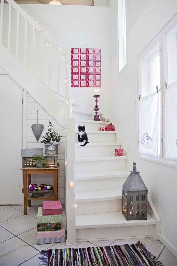 Лестница на второй этаж. Белый цвет для деревянной лестницы - беспроигрышный выбор для скандинавского интерьера частного дома