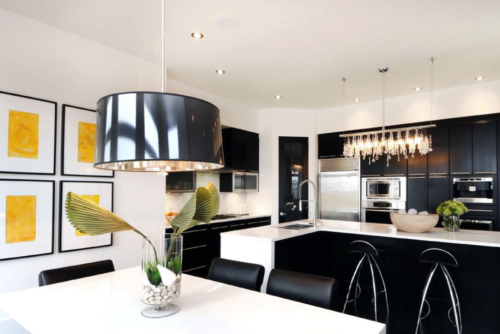 Черно-белое сочетание всегда модно, в том числе и в интерьере кухни