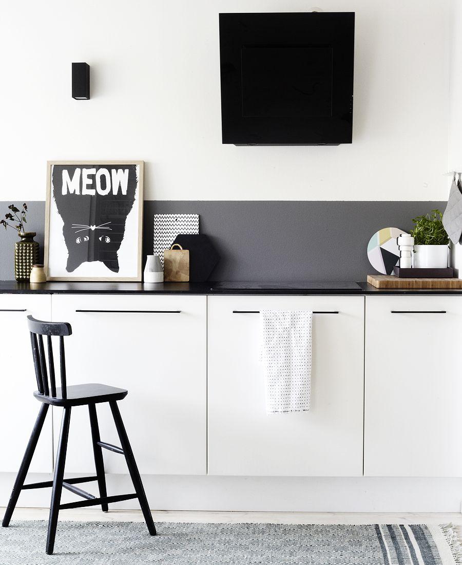 Стильная белая кухня с матовым черным фартуком