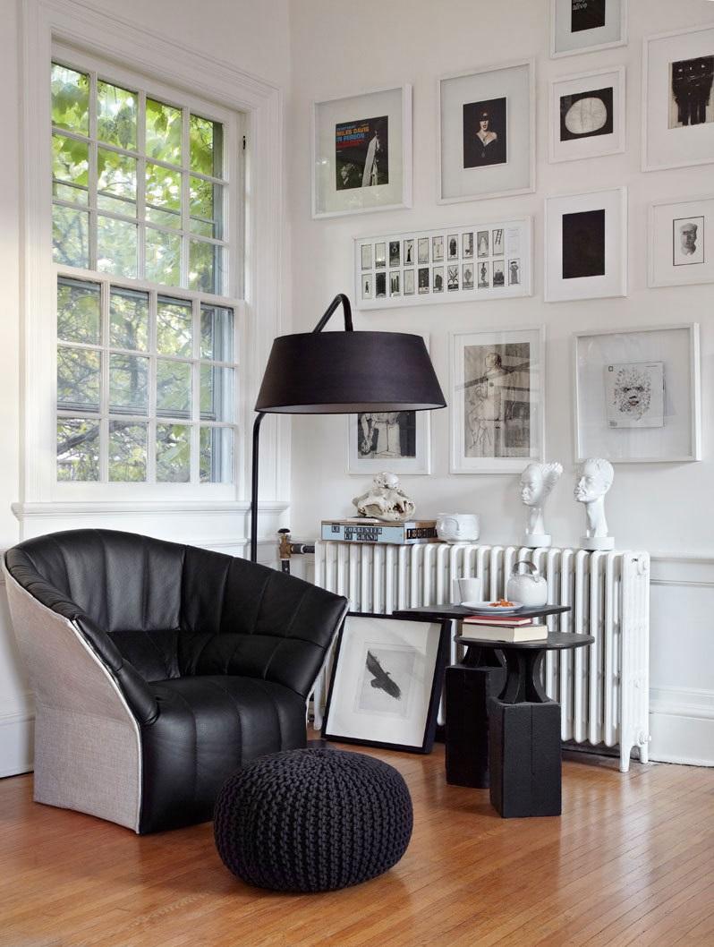 Дизайн черно-белой гостиной строится на графическом контрасте черной мебели и белого фона обстановк