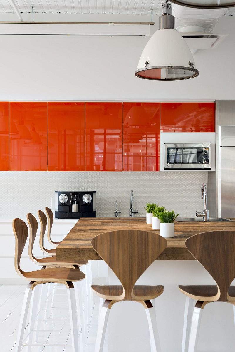 Классическое решение - это сочетание оранжевого с белым и оттенками дерева