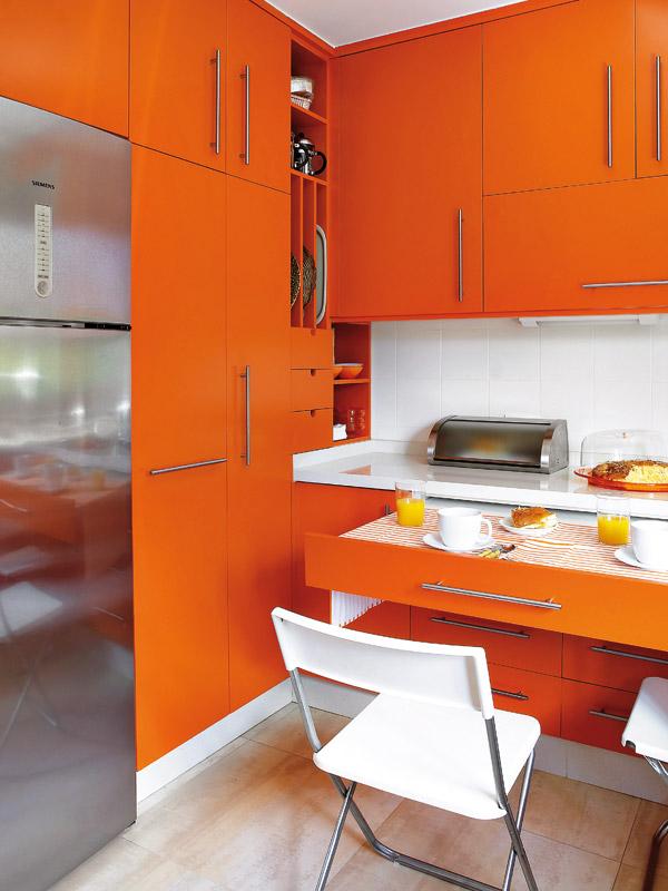 Сочетание белого и оранжевого в интерьере и фасадах мебели создает ощущение теплоты и свежости