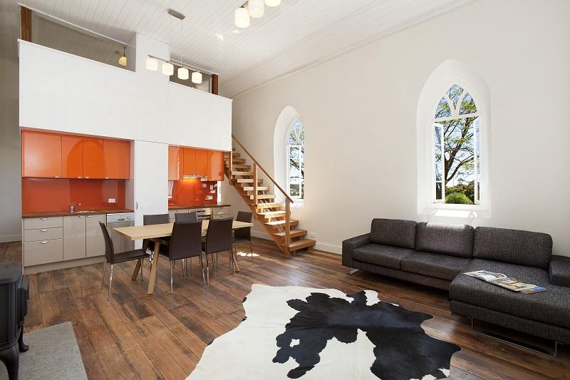 Классический пример сочетания белого и оранжевого в довольно сдержанном интерьере студии