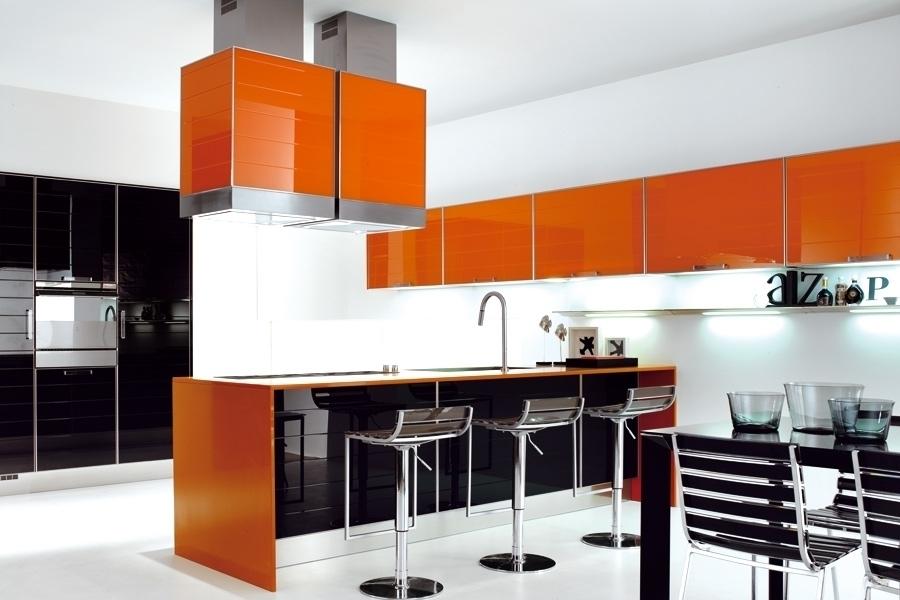 Оранжевые кухни в стиле хай-тек часто совмещает в себе черный или серый оттенки