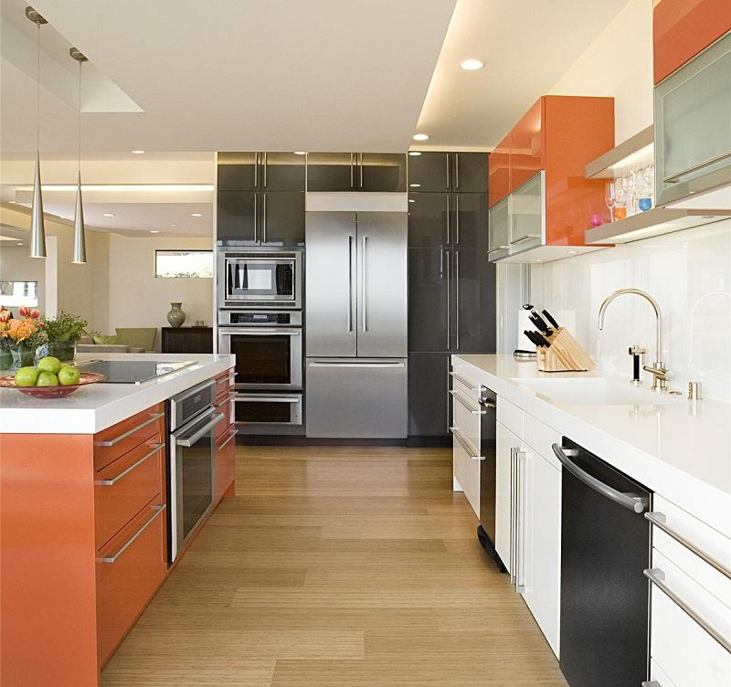 Комбинирование оранжевого с обилием глянцевых поверхностей до сих пор популярно