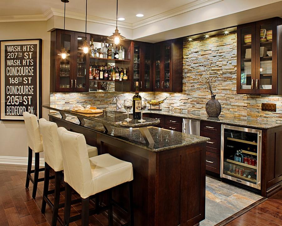 Светлый декоративный камень отлично сочетается с темной кухонной мебелью