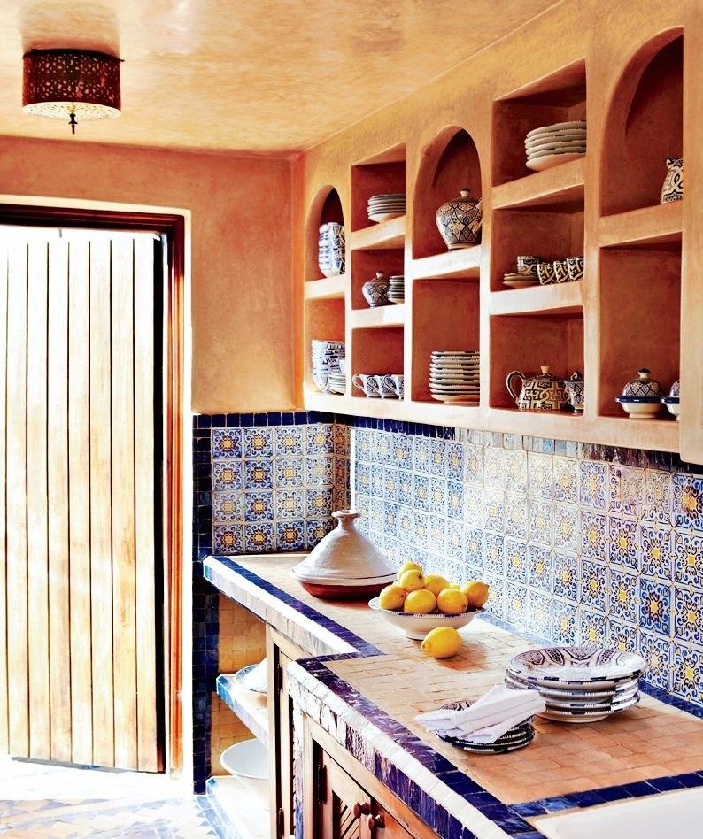 Яркие фартуки, окантовки и фарфор придадут оранжевым кухням атмосферу этно и кантри
