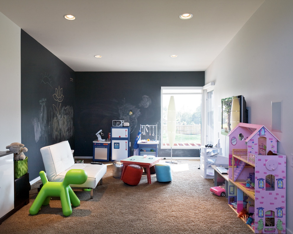 Сменность чехлов и удобство конструкции делают диван клик-кляк хорошим вариантом для детской