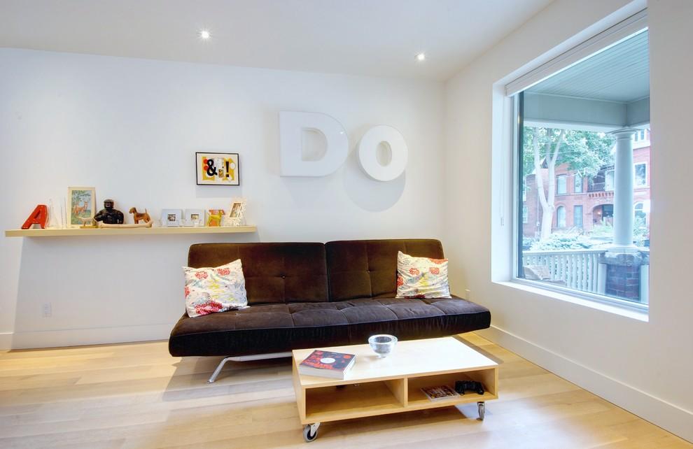 Благодаря ярким акцентам в виде подушек, темный диван очень гармонично смотрится в светлом интерьере