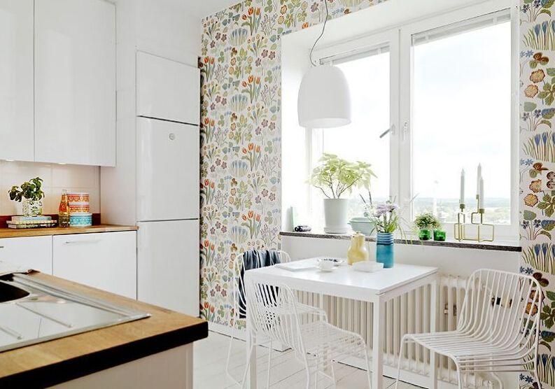 Обои с разноцветным узором прекрасно смотрятся на белой кухне