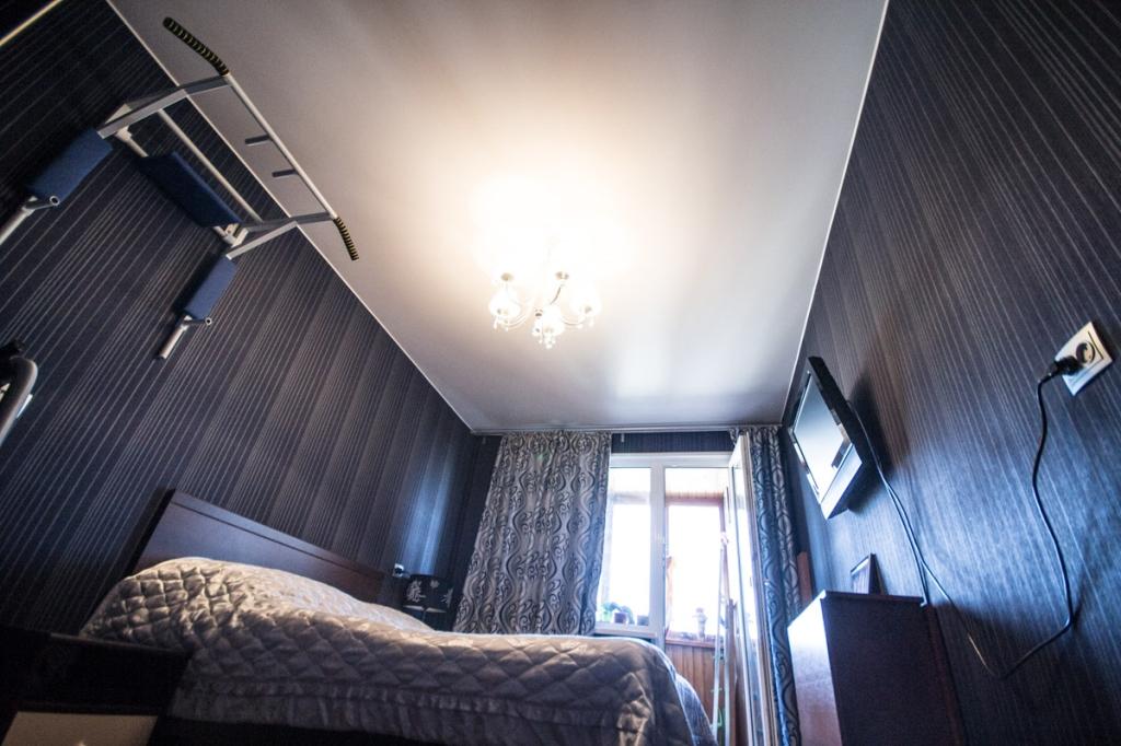 Освежающий светлый потолок идеально сочетается с солидным темным цветом стен