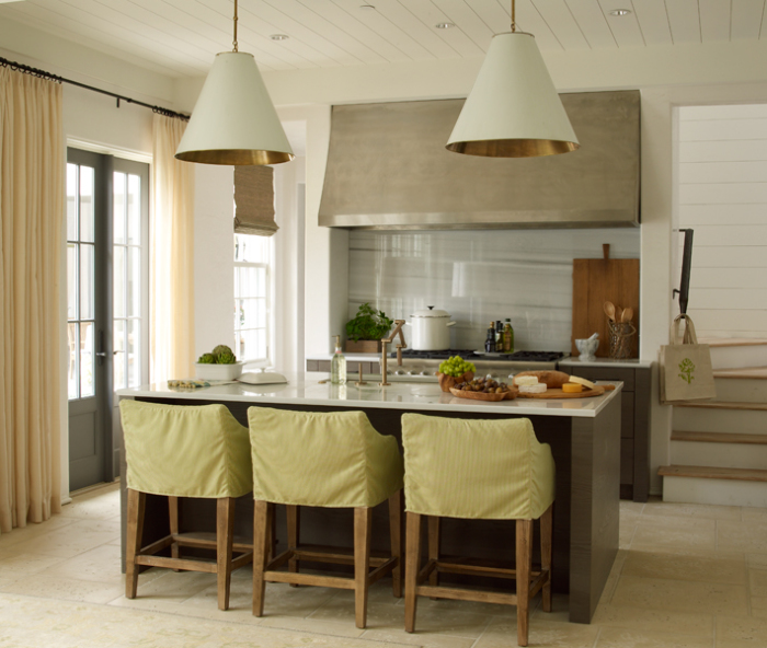 Деревянные потолки очень практичны для кухни