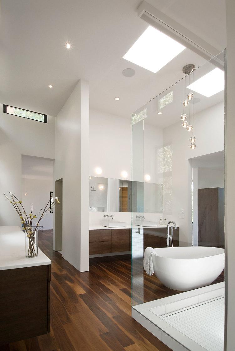Свисающие светильники в ванной комнате придают чувство легкости и воздушности
