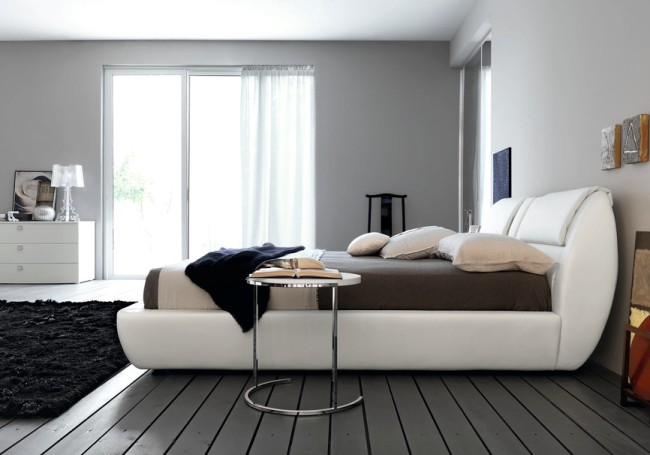 Белая мебель выигрышно смотрится на фоне темных стен спальни