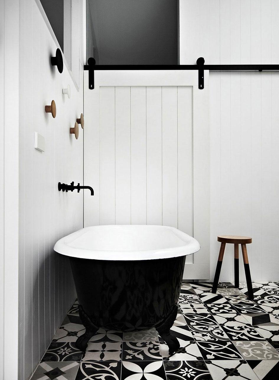 Фото 24 - Практичная ванна - белая внутри, черная снаружи