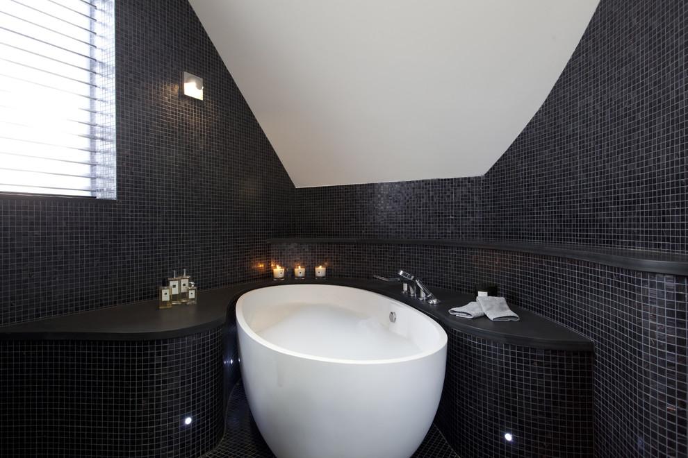 Фото 27 - Стена ванной комнаты из черной мозаики