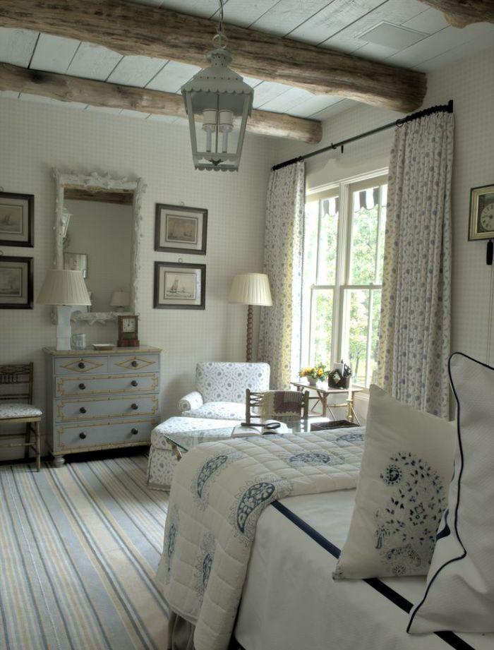 Грубая текстура дерева в сочетании с мебелью и текстилем пастельных оттенков создадут неповторимую атмосферу