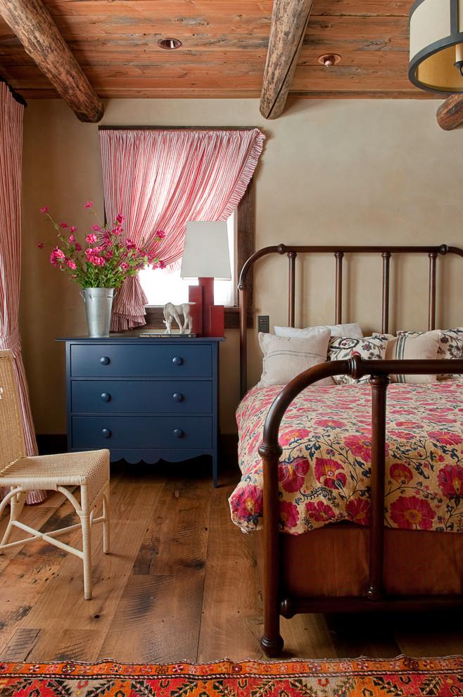 Яркие диванные подушки, тяжелые шторы, этнические элементы, ковры, статуэтки, напольные вазы - все это предаст особый шарм вашей спальне
