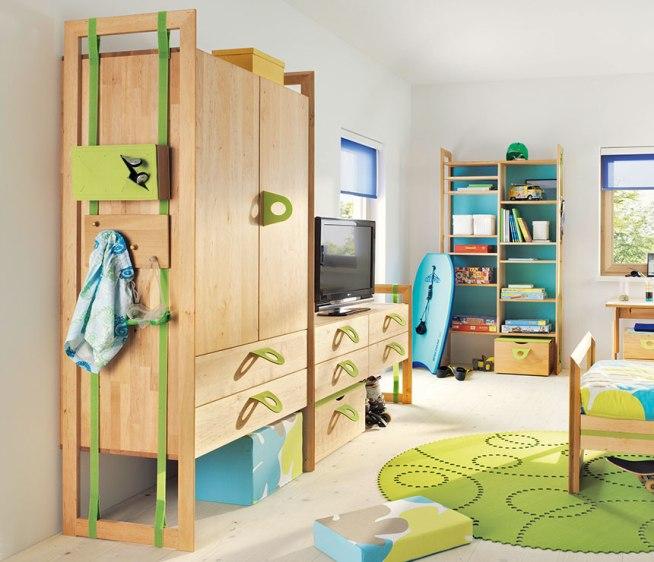 Необычный шкаф для одежды с удобными ручками для детей школьного возраста
