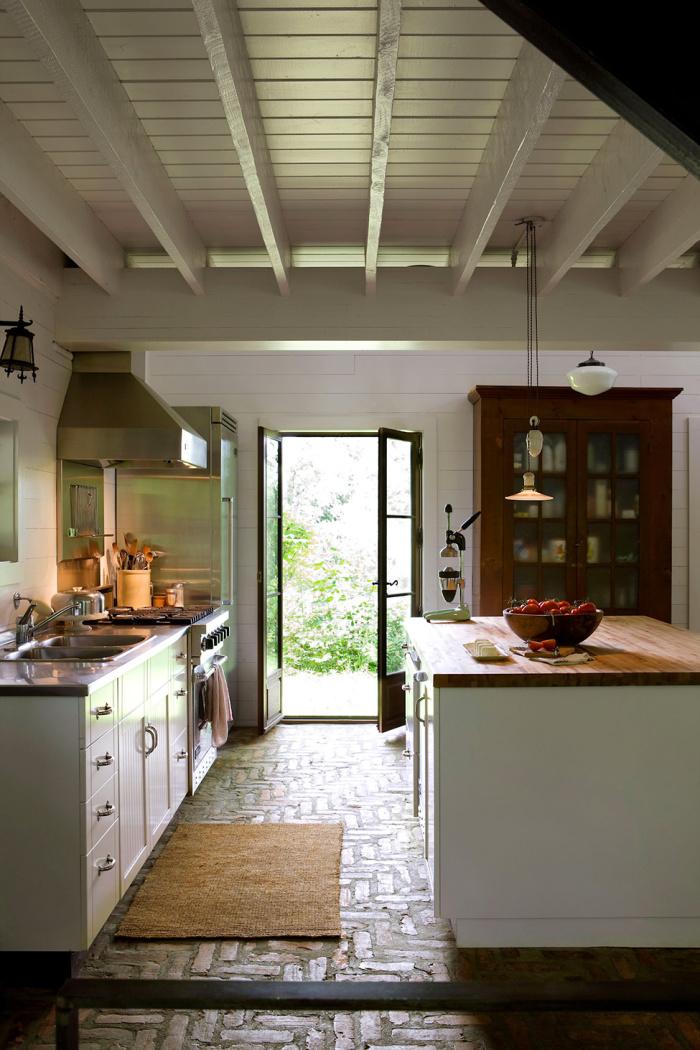 """Кухня в стиле """"прованс"""" с идеальным деревяным потолком"""