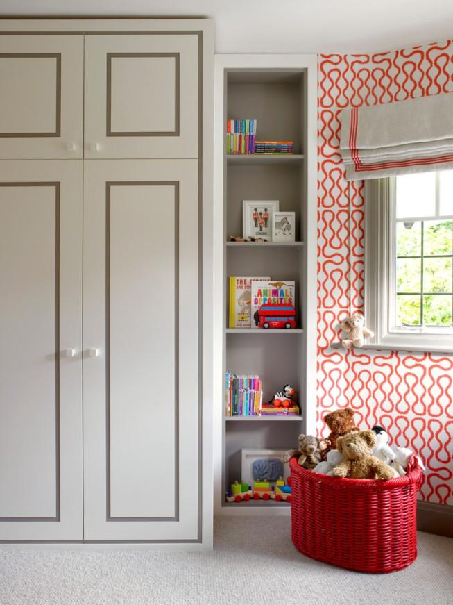 Классический большой шкаф для одежды в детской комнате