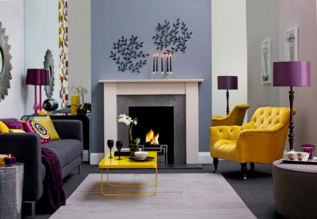 Эффектная желтая мебель в серой гостиной