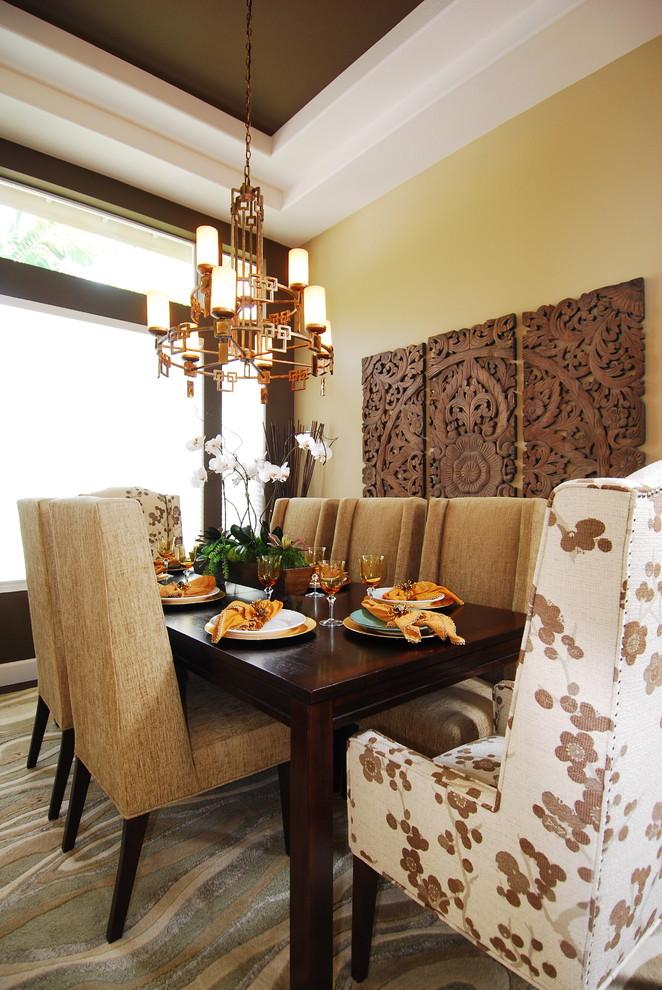 Панно на стену гостиной, выполненное с помощью резьбы по дереву.