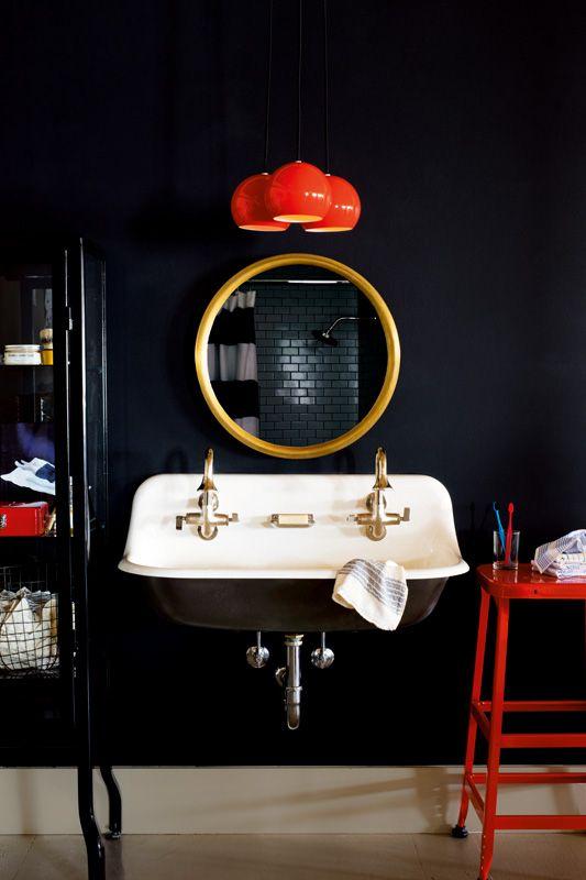 Фото 18 - На глубоком черном цвете все элементы ванной комнаты кажутся более сочными