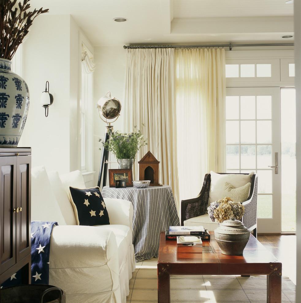 Легкие шторы придают завершенности интерьеру в стиле кантри