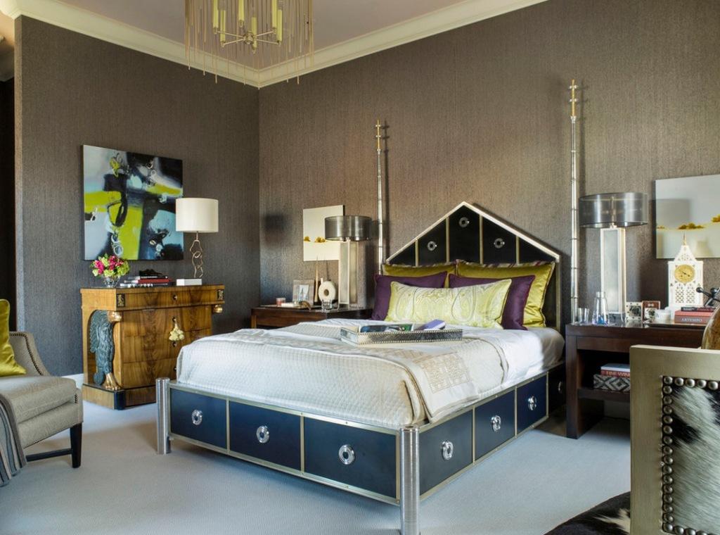 Оригинальное оформление кровати и яркие картины характерны для арт-деко