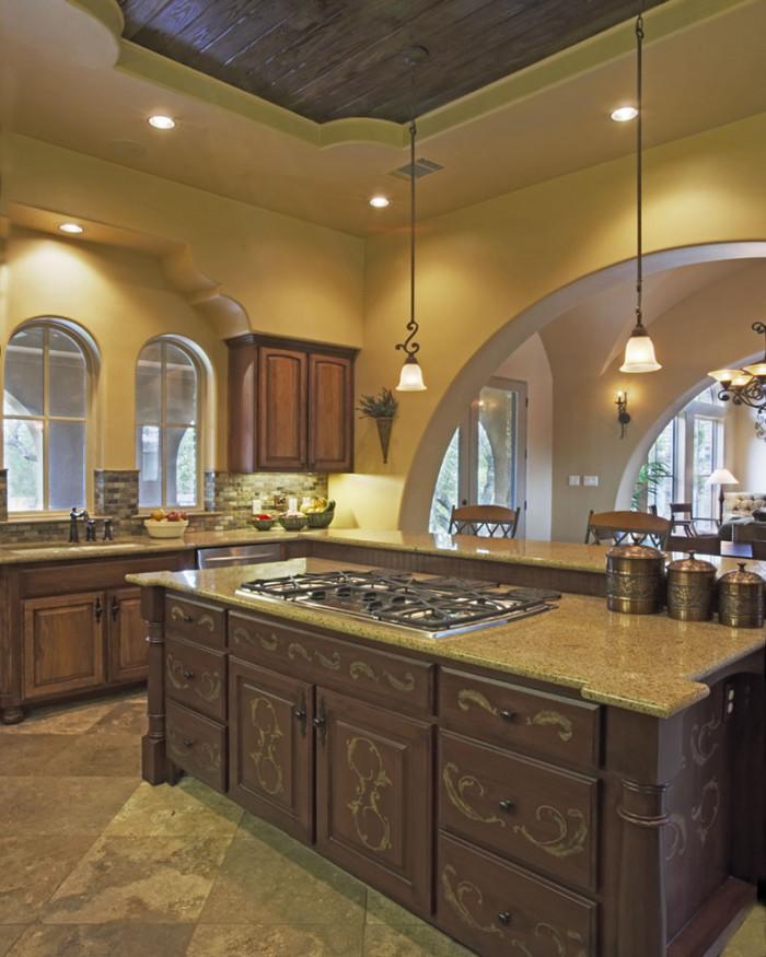 Деревянные потолки хорошо сочетаются с гипсокартонными конструкциями