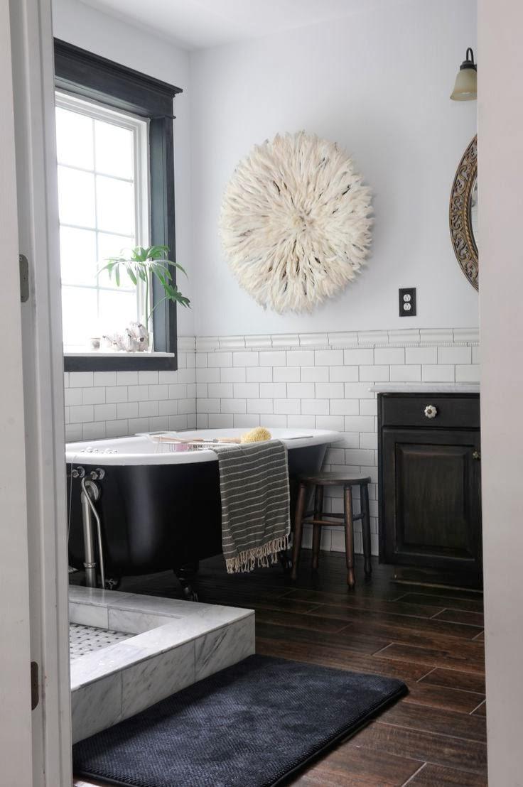 Фото 30 - Чтобы создать особую атмосферу, выбирайте необычные элементы декора в черно-белой ванной