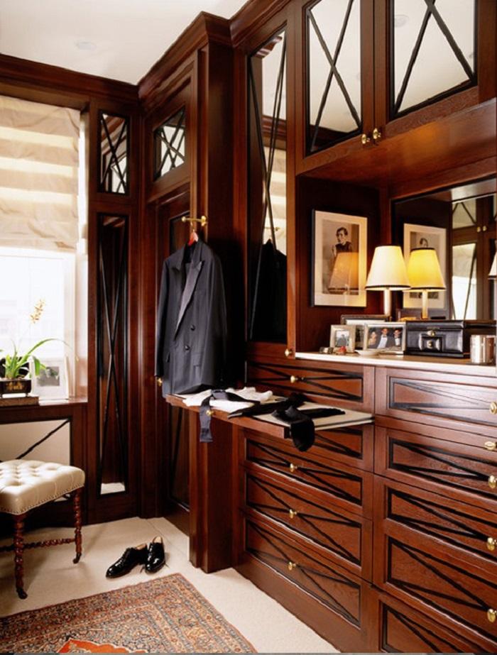 Если позволяют размеры гардеробной, туалетный столик или комод с зеркалом станут очень кстати
