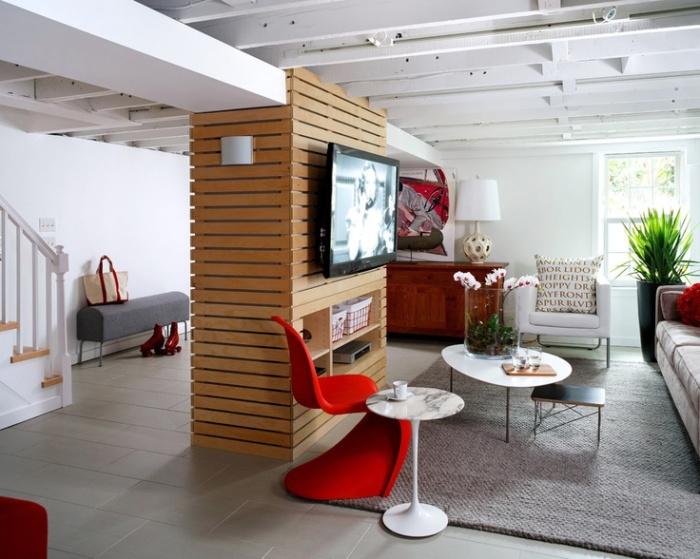 Деревянный потолок отлично сочетается с натуральными материалами
